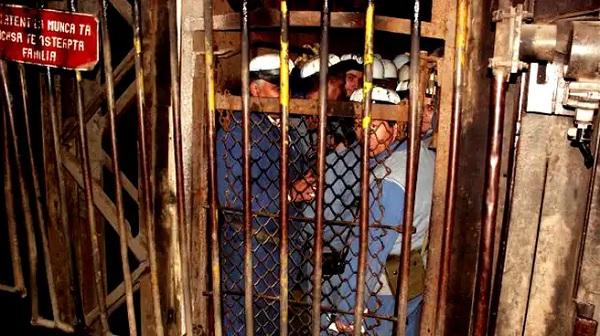 Tiltakozásul eltorlaszolta magát ötven bányász
